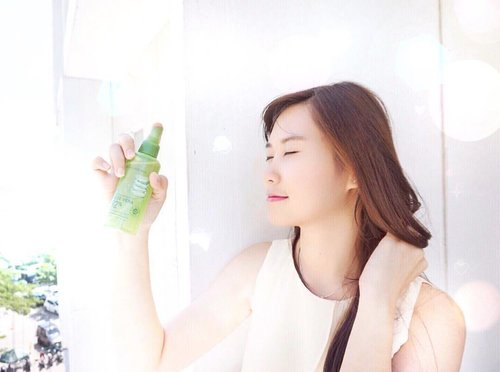 💦Can't stop, won't stop spritzing with @naturerepublic_kr Aloe vera 92% soothing gel mist from @hermoid to give my skin some refreshment and hydration especially during ☀️hot day. Beside for face it also can be use for hair 💇🏻 More detail??? Read my latest post about unboxing box from #hermoid 😌 link on bio 😘  #instagood #instalike #instamood #instadaily #jj #igers #bestoftheday #clozetteID #cotd #beauty #blogger #tflers #webstagram #tagsforlikes #surabayabeautyblogger #clozettexhermoid