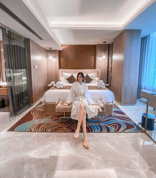 Throwback to staycation on@granddafamsignaturesurabaya ✨The room suppa spacious, with great interior design. The hotel service also really good👌🏻Really enjoyed my time there 🥰Swipe to see the room tour video 💋....#staycationsurabaya #granddafamsignaturesurabaya #Surabaya #BloggerSurabaya #Clozetteid #WorkWithTorquise