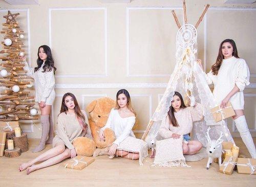Christmas Edition🎄 Walaupun masi 19 hari lagi~  Berasa kyk girlband di foto ini, ya ga si? 🌝 Bdw Happy Sunday all ✌️ . . . 📸 @momentsartphotography  📍 @dreamystudio.sby  . . . #Clozetteid #Christmas2020 #dreamystudio