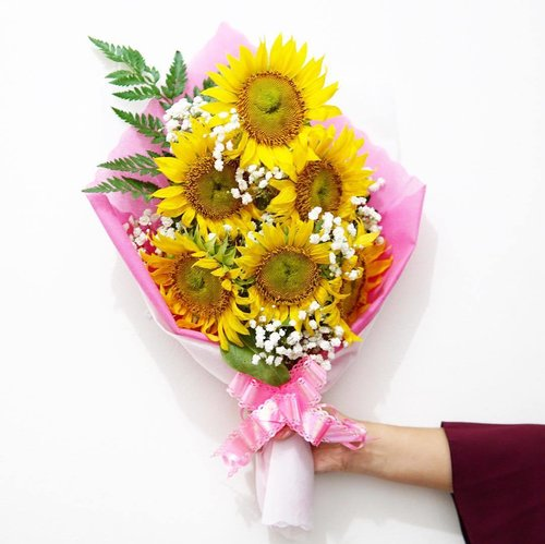 Sunflowers just never disappoint me. 🌻🤗 📸: @carwylloo #happyvalentinesday  #happyvalentine  #clozetteid  #starclozetter  #beautynesiamember