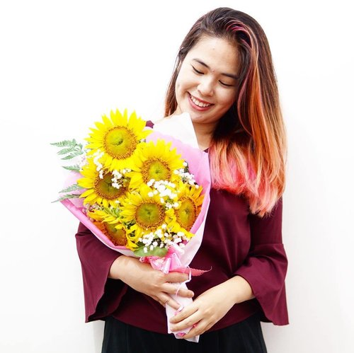 And here's my happy face with my favorite flowers! 🌻🤗 📸: @carwylloo  #happyvalentinesday  #happyvalentine  #clozetteid  #starclozetter  #beautynesiamember