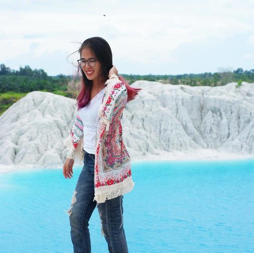 This is pure candid. And it turned out to be cute enough. 😌 . . . . . #clozetteid #starclozetter #beautynesiamember #explorebangka #thejournalejourney #travel #blue #sky #clouds #cloud #cloudy #water #waters #kaolin #danaukaolin #airbara #danaukaolinbangka #bangkabelitung #babel #explorebabel #green #trees #bluewater #bluelake #bluewaters #bangka #indonesia #2016