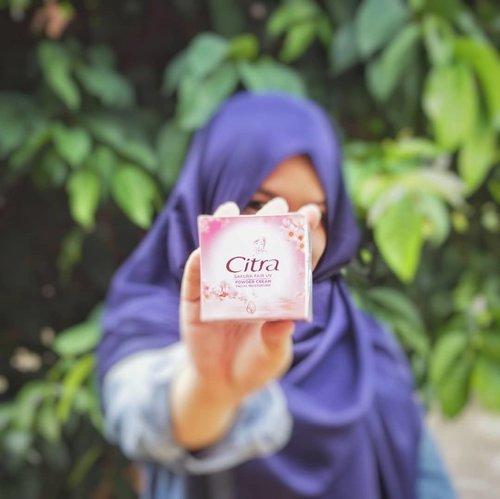 Siapa yang gak kenal Citra? @cantikcitra merupakan salah satu brand yang pertama kali aku kenal di dunia kosmetika. Kini Citra mengeluarkan produk barunya yaitu #CitraSakuraPowderCreamTau ga kelebihannya apa? Produk satu ini mengandung 100% Natural Japanese Sakura Essence yang lagi hits dipakai ciwi ciwi Asia, belum lagi produk ini juga mengandung berbagai vitamin diantaranya vitamin C, E, B3 dan B6.Untuk hasil akhirnya, sesuai namanya 'powder' jadi powdery gitu deh. Wanginya juga enak, seger bunga gitu. Kalian udah ada yang cobain belum?#CantikCitra #MakeYourOwnCitra #ClozettexCitra #ClozetteID@clozetteid