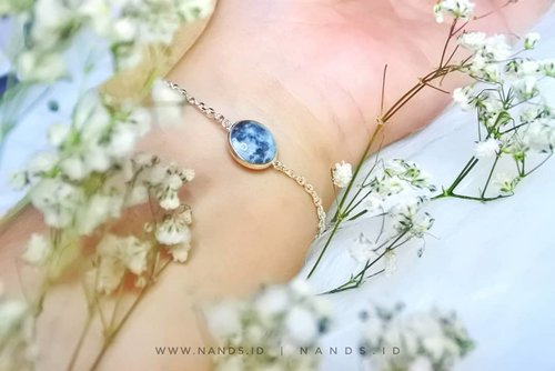 Have u heard about Glow Moon bracelet and necklace from @wingbling_korea ? Jadi ini merupakan gelang dan kalung dengan motif bulan, punyaku yang white moon. Cantik kan?  Ada juga varian blue moon yang gak kalah cantiknya. Yang paling keren, gelang dan kalung ini glow in the dark loh, mantep betul deh pokoknya.  Get yours at Glow Moon  Necklace/Bracelet  https://hicharis.net/anisanurrananda/bPM  #WINGBLING #PURESILVERBRACELET #PURESILVERNECKLACE @charisceleb @hicharis_official #charis #charisceleb #bracelet #necklace #silverjawelery #Clozetteid #l4l #perhiasansilver
