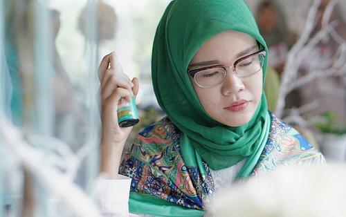 Ternyata @azaleabeautyhijab punya Hair Hijab Mist yang mengandung bahan alami zaitum oil & aloe vera extract membantu melindungi + merawat tiap helai rambut, sehingga rambut tetap segar, harum & mudah diatur! . . Udah banyak manfaatnya, mudah pula cara menggunakannya! Tinggal semprot aja & bisa digunakan kapan pun, dimana pun! Bawa able pulak 😍 . . #azaleahijabdating  #azaleahijabdating #therealhijabcare #hijabcare #clozette #clozetteid #hijabers #hijabhaircare #blogger
