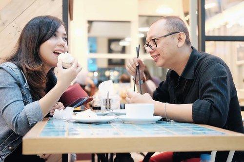 Suami: orang yang selalu ngabisin makanan sisa anak istri. Itulah kenapa pria yg menikah biasanya berperut buncit 😋.................#potd #clozetteid #fujifilmxt10 #fujinon35mm #vsco #couplephotography #dinner
