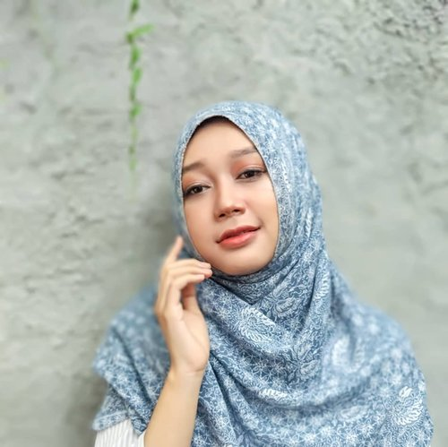 "Bukan, ini bukan #glossymakeup ala ""Akhirnya semua harta jatuh ke tanganku, wkk."" Tapi entah kenapa saya kalo difoto pasti mukanya tipe tipe antagonis 😂.Dalam rangka #bsseptcollab kali ini, saya bikin look ala ala glowy @sherlizamoe . I don't think this is a recreate, not even close enough 😆, but I like her Sailor Moon Glowy Make Up style so, ya, I added some eyeshadows to my nose, yang merupakan ciri khas dia.Ada dua produk yang bagus untuk menciptakan look tanpa terlihat mengilap, apa saja? Coba klik link bio 👆 #beautiesquad #bscollab #clozetteid #makeuprecreation #asianmakeup #glowymakeup #MakeoverID #beautycreations #canmake #beautystory #thecolorworkshop #sariayu #makeupbloggers #koreanmakeup #japanmakeup @beautiesquad"