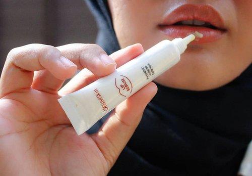 Gak perlu takut lagi bibir kering yang tidak sehat karena sekarang aku rutin menggunakan Elsheskin Lip Serum. .Elsheskin Lip Serum membantu melembutkan bibir dan mengembalikan warna alaminya.💋 Kandungan madu, Persea Gratissima (Avocado) oil, dan Vitis Vinifera (Grape) seed oil tentunya menjaga bibir tetap sehat, lembut, dan lembab. Jadi gak takut lagi bibir hitam dan kering karena sering pake lipstick atau lip cream. 💕#inialasankamuwajibpakai #elsheskinreview #elsheskin #elshesquad #clozetteID #elsheskinlipserum