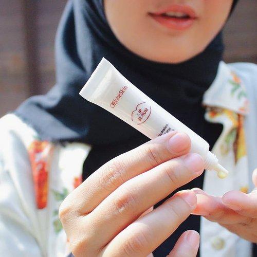 """Gak perlu takut lagi bibir kering yang tidak sehat karena sekarang aku rutin menggunakan Elsheskin Lip Serum. Elsheskin Lip Serum membantu melembutkan bibir dan mengembalikan warna alaminya.💋 Kandungan madu, Persea Gratissima (Avocado) oil, dan Vitis Vinifera (Grape) seed oil tentunya menjaga bibir tetap sehat, lembut, dan lembab. Jadi gak takut lagi bibir hitam dan kering karena sering pake lipstick atau lip cream. 💕Gunakan kode """"SQUADREVA"""" untuk mendapatkan diskon 10% tanpa minimal order untuk semua produk @elsheskin ! 💳🎁🎉 #inialasankamuwajibpakai #elsheskinreview #elsheskin #elshesquad #clozetteID #elsheskinlipserum #momentwith#RangerRatjun #beautyrangerid #beautybloggerindonesia"""