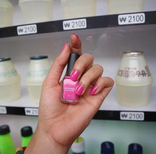 Salah satu Elsheskin Water Based Nail Polish favorit aku karena selain warna dan namanya sama dengan Elsheskin Matte lipstick, warnanya pun cerah dan cantik banget. Yang sekarang aku pakai ini shade AVA. 💞 😍 Kalau kalian favorit yang mana nih? Membersihkannya juga juga gampang banget, cukup rendam tangan kita pada air hangat selama beberapa detik dan nail polish gampang terangkat. Super recommended!💋💅💕 ...... #elsheskinnailpolish #Elsheskin #nailpolish#inialasankamuwajibpakai #elsheskinreview#ClozetteID#Rangerchannel #beautyrangerid #beautygoers #beautycommunity #clozetteID #elshesquad #RevanisanabellaReview #Revanisanabella