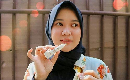 """Gak perlu takut lagi bibir kering yang tidak sehat karena sekarang aku rutin menggunakan Elsheskin Lip Serum.  Elsheskin Lip Serum membantu melembutkan bibir dan mengembalikan warna alaminya.💋 Kandungan madu, Persea Gratissima (Avocado) oil, dan Vitis Vinifera (Grape) seed oil tentunya menjaga bibir tetap sehat, lembut, dan lembab. Jadi gak takut lagi bibir hitam dan kering karena sering pake lipstick atau lip cream. 💕 . . .... Gunakan kode """"SQUADREVA"""" untuk mendapatkan diskon 10% tanpa minimal order untuk semua produk @elsheskin ! 💳🎁🎉 . . .  #inialasankamuwajibpakai #elsheskinreview #elsheskin #elshesquad #clozetteID #elsheskinlipserum #momentwith #RangerRatjun #beautyrangerid #beautybloggerindonesia #revanisanabella #revanisanabellareview"""