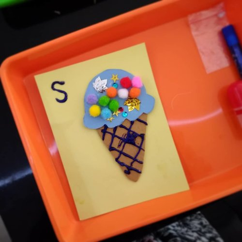 Bon appetite! . . Sebelum makan es krim beneran, SID menghias es krim mainan dengan pom-pom, manik, dan glitter glue 🎆🍦 bersama @joysmart_healthylife . . Setelah itu menghias gelato @albertogelato dengan cokelat, biskuit, dkk. Apa aja boleeeh.... (saya jadi mencari tahu beda es krim dengan gelato 😅) . . Selamat makan! . . Terima kasih, ya, SID seneng bisa playdate bareng @kayana.montessori dan dapat hadiah @aplakutesmontessori 😍 . . #HappyMom #helenamantrastory #idebermain #ideliburananak #homeschooling #playdatejakarta #playdate #gelato #gelatojakarta #albertogelato #clozetteID #montessori