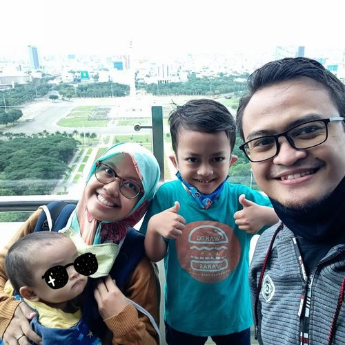 Foto keluarga dengan latar Monas ✅⁣(walau ga jelas 😂)⁣Selanjutnya dengan latar Ka'bah. Aamiin.⁣⁣Apa harapanmu di tahun 2021?⁣⁣⁣📍@perpusnas.go.id lantai 24⁣#funtime #familytime #memorable⁣⁣⁣#memorablemoments #sekolahalamsemesta #grateful⁣⁣⁣#thankyou #thankyou2020 #happynewyear #newyear #tahunbaru #welcome2021 #clozetteID #2021 #firstpost2021 #perpusnas #perpusnasri #nationallibrary #indonesia #jakarta #monas #monumennasional⁣