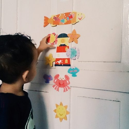 Buat hiasan gantung begini lumayan nambah kosakata baru. Ada ikan, kerang, bintang, kepiting, matahari, mercusuar, dan awan . . #toddleractivities #playathome #preschool #invitationtoplay #maindirumah #idemain #ayomain #bermainsambilbelajar #learnthroughplay #preschoolathome #homeschooling #playideas #playbasedlearning #busykids #busytoddler #preK #funlearningathome #developingthewholechild #playidea  #mommyblogger #socialmediamom #kidsofinstagram #photooftheday #likesforlikes #clozetteID