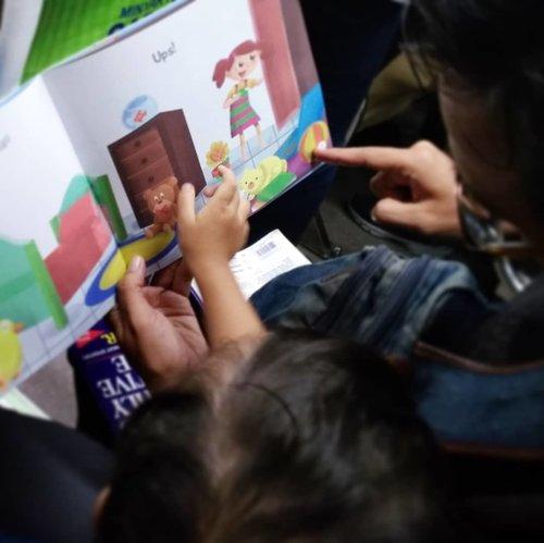 Ibu pegel baca buku yang sama berulang-ulang. Gantian Ayah aja yang baca 😁 #15menitsebelumtidur diisi dengan membaca buku tentang alat tulis yang sedih karena dibiarkan berantakan. Sekalian mengingatkan SID yang main tinggal aja setelah mewarnai. Tuh, pensil dan bolpoin menangis...#helenamantrastory #sekolahalamsemesta #homeschooling #mommyblogger #kidsofinstagram #kecerdasanmajemuk #HappyMom #gemarmembaca #bukuanak #bbwjakarta2018 #clozetteID