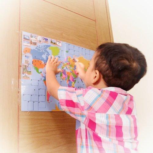 """ɢɛօɢʀǟʄɨ & ֆɛʝǟʀǟɦ""""Bu, aku mau keliling dunia!""""Setelah SID menempelkan stiker landmark di peta, ia kagum dengan berbagai bangunan menarik yang tersebar di seluruh dunia. Ia mau mengunjungi semuanya. Aamiin.Untuk mendukung ketertarikannya mengenal bumi dan isinya, kami belajar geografi dan sejarah dengan:🌏Membaca buku tentang para petualang  yang mencoba keliling dunia lewat jalur laut dan udara. Di sini ia belajar kerja keras dan menghargai kegagalan.🌏Main ke Museum Maritim Indonesia (ceritanya ada di myfoottrip.com)🌏Membaca peta. Tantangannya, ia pikir rumahnya dg rumah nenek itu dekat, tinggal werrr... naik motor sampai. Belum begitu paham jarak meski udah dijelaskan sambil buka Maps.🌏Membuat miniatur landmark, salah satunya Taj Mahal. Doi ngotot itu masjid yang mahal 😑Apalagi ya? Any idea?#30hbc1907#sekolahalamsemesta#helenamantrastory#happymom#30haribercerita #30haribercerita2019 #sekolahrumah #homeschooling #homeeducation #preschooler #idebermain #ideliburananak #playidea #idemain #idemainanak #maindirumah #chaisplay #clozetteID #kegiatananak #anakkreatif"""