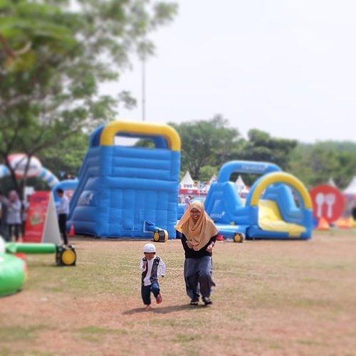 Run... Run... Run... In #Funtopia 😍 . . More on bit.ly/funtopia-park . . #HappyMom #family #playidea #kidsofinstagram #helenamantrastory #sekolahalamsemesta #homeschooling #mommyblogger #clozetteID #playidea #playground #FuntopiaXTraveloka #inflatableballoon #Inflatablepark