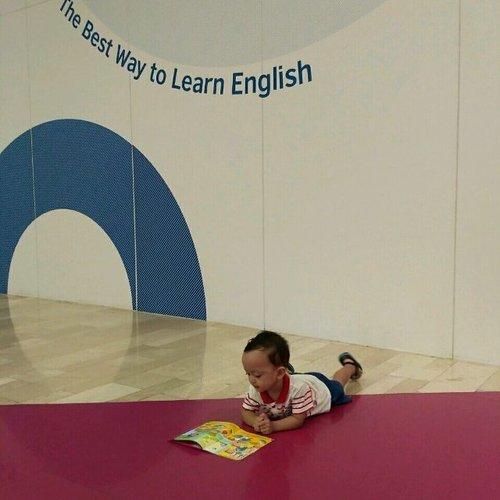 Baca buku aja ah sambil nunggu ibu kerja. #gemarmembaca di manapun dan kapanpun #BalitaBacaBuku . . Buku cerita menjadi must-bring-item setiap bepergian. Sid suka membaca saat di kendaraan, menemani ibu di acara, atau menunggu seperti ini. Alhamdulillah. Terus rajin membaca ya, Nak 😘 . .  #bukuanak #bukubayi #bukukain #Review #reviewbukubayi #reviewbukuanak #momblogger #kids #toddlerbook #babybook #busybook #gemarmembaca #budayabaca #library #rabbithole #rabbitholeid #perpustakaan #clozetteID