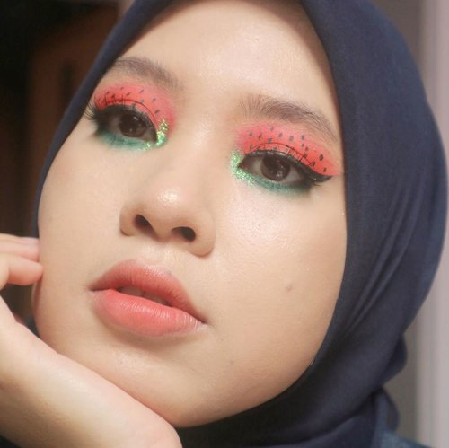 Tebaak ini 🍉 atau 🍓? -inspo by @pinterest  PRODUCTS :  @nameeraid face mist  @esteelauderid Double Wear Stay In Place Foundation @wardahbeauty Eyexpert Optimum Hi-black Liner  @beautytreatscosmetic EyebrowCara @simplicity highlighter 03  @maybelline total temptation mascara @emina Soulmatte Lipstick 05 Feathers @sis2sis_indo Lip&Cheek 03  #clozetteid #makeuplooks #makeup #dandanalatidi #beautyenthusiast  #beautybloggerindonesia #30daymakeupchallenge