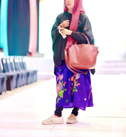 Sejauh ini Ada 2 tempat yang menurut saya , saya bisa bebas in act do fashion. Pertama, di pengantin, dan kedua di Event FEMME ini. ..Kemarin, Hari ke tiga event fashion terbesar di Makassar, saya datang dengan mengadopsi fashion style para designer yang sering hadir di Femme juga, seperti @dedensiswantoofficial , @steventach , dan @rinaldyyunardi dimana mereka sering memakai saroong tenun dengan 7/8 style 🤩..Dibagian on top nya saya memakai kimono outer hitam, biar saroong lagosi saya yang ngejreng bisa on poin terlihat. Oiya ciri khas kain tenun atau LAGOSI ini adalah warnanya yang terang2, ngejreng, dan dengan motif bunga yg khas. ..Sedikit cerita, Tidak seperti kebanyakan penenun motif lainnya yang kadang bercanda disela-sela kegiatan menenun mereka. Nah kalau Penenun kain lagosi ini akan serius menenun sambil menghitung helai demi helai benang yang dirangkai untuk membuat motif,..Kalau ada salah hitung, jadinya motif atau bunga yang akan dibuat dipastikan cacat atau aneh jadinya. Hehe serius banget ya. .#torajameloxbloggerperempuan #torajamelosarong #sarongisourlifestyle yuk coba style saroong jg yuk @farahdjamal @magfiratulistiqamah @masra.suyuti #clozetteid