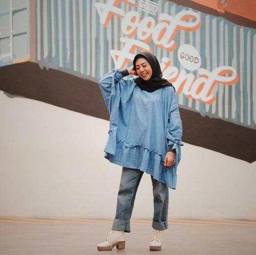 October inspiration #Streetstyle ~ denim jeans with tubils #HijabsistArisan , pembahasan bulan ini mengenai : 🌹budget pernikahan tahun ini🎀 tips trick deal indobotting 🛍 beauty skincare shoping🎈tumbuh kembang baby⭐️masa kehamilan 💏 pelindung rumahtangga dari pelakor..Hayoo kira2 yang paling seru pembahasan yang mana ?? 😀😃 Arisan , skalian seminar gratis 💃🏽 berfaedah skali 👏🏼..Tungguin foto #OOTD #fashionstreet temen2 yang lain ya di blog saya, siapa tau bisa menginspirasi kalian untuk kembali mix and match jeans 😎..Tap for detail. #streetstylefashion #ootdhijabnusantara #hijabfashion #fashionbloggerindonesia #bloggermakassar #clozetteid