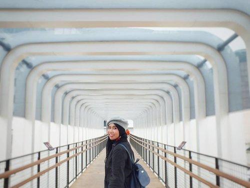 Kadang terlalu sering kita meremehkan kekuatan senyuman, kata-kata yang ramah, telinga yang mau mendengar, pujian yang jujur, atau tindakan kecil dari kepedulian yang semuanya memiliki potensi untuk mengubah kehidupan sekitar..💞😊 Happy Friday 😊💞...#tgif #jpo #cityview #jakartamagnificient #amazing_jakarta #enjoyjakarta #ootd #hijabstyle #mystyle #fashiondaily #streetstyle #imwearing #everydaymadewell #travelers #hijabtraveller #jilbabtraveler #happy #wonderfulindonesia #photooftheday #mytripmyadventure #indonesiaview #pesonaindonesia #clozetteid