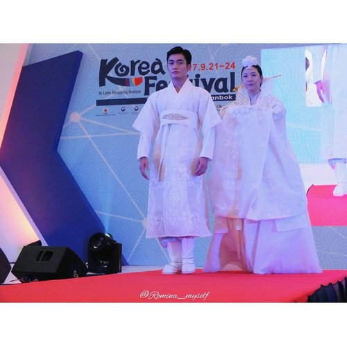 Hanbok Fashion Show by @dainhanbok for @kfestival 2017... . . . #KFESTIVAL2017INDONESIA #KFESTIVAL #KFESTIVAL2017 #조윤주 #한복 #한복패션쇼 #lastnight #fashionshow #hanbok #hanbokmodern #modernhanbok #weddingdress #runway #catwalk #fashion #fashionblogger #womenswear #menswear #koreandesigner #eventjakarta #instaevent #koreanculture #kdrama #indonesiakorea #loveindonesia #lovekorea #clozetteid #koreanstyle #koreatraditionaldress