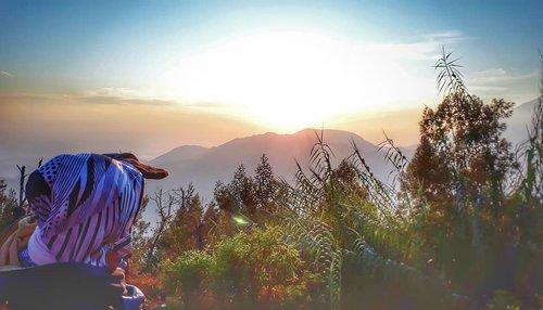 ®Untuk awal dari harapan disepanjang tahun.Untuk rencana kebaikan yang akan kita lakukan.Untuk setiap saat yang akan kita isi dengan keinginan..Semoga semua terwujudkan dan Allah selalu berkahi tahun 2019 ini dengan lebih banyak kebahagiaan..Amin.......#sunrise #goldensunrise #morningtime #happyholidays #travelers #hijabtraveller #jilbabtraveler  #everydaymadewell #style #hijabstyle #fashiondaily #clozetteid #wonderfulindonesia #wonderful_places #wonderfulplaces #nature #landscapephotography #naturephotography #photooftheday #mytripmyadventure #indonesiaview #explorejateng #exploreindonesia #pesonaindonesia #liburan #jateng #wonosobo #mainkesini #dieng #banjarnegara