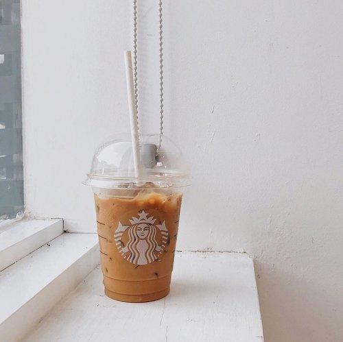 Kepengen banget minum es kopi. Tapi apa daya, karena si kecil masih alergi. Jadi belum bisa ngopi dulu.FYI, kalau ke @starbucksindonesia aku suka order minuman yang gak ada di list, alias custom sendiri. Kalau kalian gimana? #ubbyxxsnap #starbucksindonesia #lactoseintolerant #minimalshot #clozetteid #linetodayindonesia