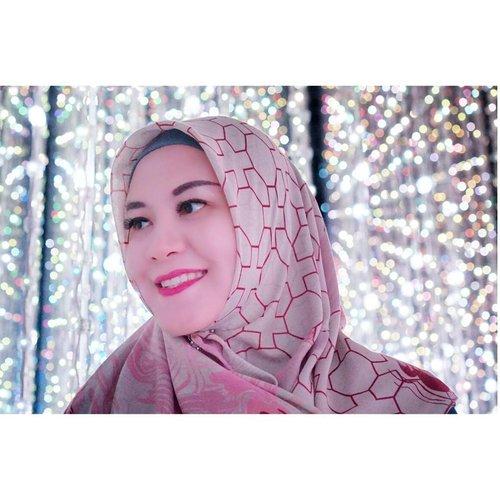 At Crystal Universe @artsciencemuseumsg Slide for the videoExtraordinary mixture between lights and sounds 💜.#travelwith_rj #indonesianhijabblogger #indonesiantravelblogger #rj_storydotcom #hanamiscarf #riamirandatwilight#clozetteid
