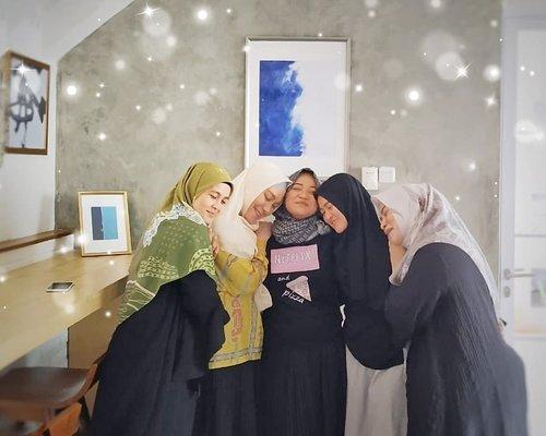 #PertemananSehat  Bukan cuma olahraga bareng aja Tapi juga bisa cerita apa aja Tanpa takut dibocorin lagi ke orangnya  Walau ktemunya sekali-kali Ngemil sambil ngupi-ngupi en ketawa-ketiwi Quality lebih penting daripada Quantity  Mungkin aja pernah ilfil Tapi rasa sayang selalu di refill Pertemanan sampai jadi oma-oma centil tapi tetap punya skill yaaa 😘  Teletubbies Berpelukaaannn 🤗🤗🤗🤗🤗 . . . @omnikopi @hijabinfluencersnetwork #Mamouz #Mamouz2019 #pertemananemakemak  #HijabInfluencersNetwork  #clozetteid