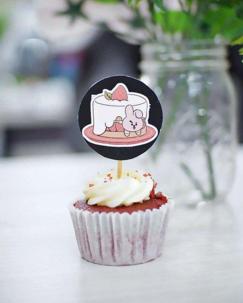Tiap kali dapet cupcake macam ini di suatu event, pasti gatel banget pengen foto deh, hehehe, padahal, aku tuh kurang suka ama rasa cupcake yang biasanya kelewat manis. ⠀ ⠀ iyes, kalo disuruh milih, aku mah lebih suka rasa lain dibanding rasa manis. Entah karena aku yang udah manis (✌) atau emang aku yang ga mau kalo cuma di'manisin' aja 🤐⠀ ⠀ ⠀ ⠀ #CupCakes #Cake #Food #Sweet #BloggerPerempuan #Clozetteid