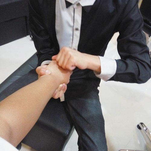 Got free hand massage @johnnyandreasalon. Sumpah tanganku yang kekar ini menjadi lebih relax. Thank you. 💕  #vinainevent #vinads . . . #johnnyandrean #handmassage #massage #salon #spa #potd #pictureoftheday #clozette #clozetteid