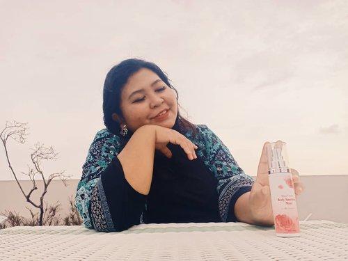 Siapa suka bau bunga dan kesegaran citrus dalam  body mist nih? Aku rekomen body mist dari @altheakorea yang tahan lama ini.  Ulasan udah di blog. Silahkeun dibaca. 💋  #vinasaysbeauty #vsbxalthea #titixaltheakorea #altheakorea #altheaangels . . . #bodymist #perfume #outdoor #flowerscent #citrusscent #bodyspray #stayfreshbodysparklingmist #titikamal #scent #beauty #perfumecollection #scentofawoman #scentoftheday #perfumelover #potd #photooftheday #rooftop #smile #fotd #faceoftheday #clozetteid