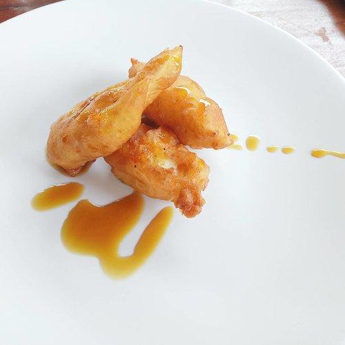 Indonesia Fried Banana with Vanilla served with Balinese Sweet Brown Sugar Syrup.  aka pisang goreng gula merah.  #whatvinaeats #bwpagungresortubud #bestwestern #bestwesternpremier