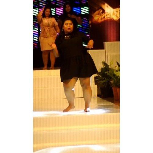 Salam tarian uget - uget.Apakah kalian sudah menari uget - uget hari ini demi kehidupan jiwa yang tenang? Btw ada yg bisa saranin channel youtube ttg dance untuk pemula? Pengen belajar. 😂#vinaootd #vinaonstage...#dancewithyourcurvesindonesia #onstage #bigsizeindonesia #bigsizemodel #plussizeindo #plussizebali #balibigsize #clozetteid #dance #bali