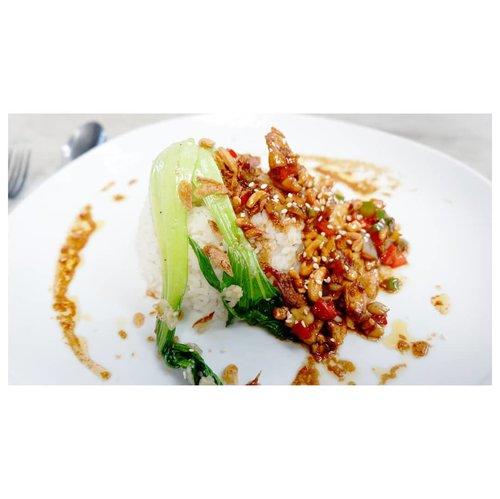 Sedang berpikir untuk makan kebab sebagai snack. 🤤Yes or no?#whatvinaeats...#lunch #chicken #rice #kungpowchicken #nilocoffee #eat #dinner #cafeinbali #balifoodies #nomnombali #deliciousbali #tempe #clozetteid #ggrep #clozette