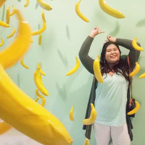 Pisang - pisang di dinding~  #vinaootd #vinapiknik . . . #bigsize #bigsizeootd #bigsizeindonesia #plussizefashion #plussizeindo #ootdindo #clozetteid #bali #ootdindo #outfit #outfitoftheday #ootd #icecreamworldbali #icecreamworld #banana #happy #weekend #fun #clozetteid