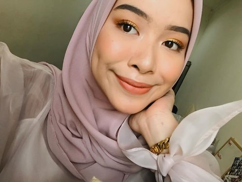#NakedHoney game strong 🍯✨ •• Kemarin dateng ke berbagaimacam kawinan dari sore ampe malem kebanyakan pada salah fokus sama eye makeup ku 😂 padahal aku sengaja gak pake false lashes biar ga pada fokus di mata, tapi emang tone-nya @urbandecaycosmetics Naked Honey ini gak bisa bohong. Pigmented, intense, & long-lasting banget✨ ada yang udah coba juga? ☺️——Deets:• #innisfree Pore Blur Primer• @shuuemura Unlimited Foundation• @thekatvond Shade + Light Crème Contour Palette• @innisfreeindonesia Pore Blur Powder• @cliniqueindonesia Cheek Pop Blush On• @toofaced Chocolate Soleil Bronzer• @anastasiabeverlyhills Sun Dipped Glow Highlighter• @urbandecaycosmetics Brow Blade• #UrbanDecay Naked Honey• @getthelookid Lash Paradise• @beautyboxind Urban Fix Eyeliner• @diormakeup Lip Tattoo 251• #UrbanDecay All Nighter Setting Spray——#ClozetteID #UDIndonesia #InnisfreeIndonesia #CliniqueIndonesia #ShuuemuraID
