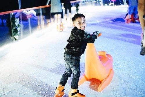 #firsttimer ice skater . . Walaupun jatuh berkali2 dan bikin ibunya senewen karena masuk ke ice ring sendirian, tapi anaknya girang banget. Ya udah yang penting seneng ya Zav! . . . . . #liburansekolah #sayanganak #yearendtrip #family #instakids