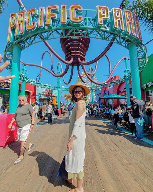 Missin' a day like this.... 🎢 Santa Monica, California - Abaikan segala kebocoran di dalam foto, lelah mengedit 🤣🤣 . . . #angellittleadventure #instatravel #instatravelling #beachday #travelgram #instaplace #potd #lotd #ootd #styleinspiration #styleblogger #bloggerstyle #stylexstyle #photoinspiration #california #santamonica #santamonicapier #clozetteid #fashionlookbook #lookbook #lookbookindonesia #ootdindo #styleinspo