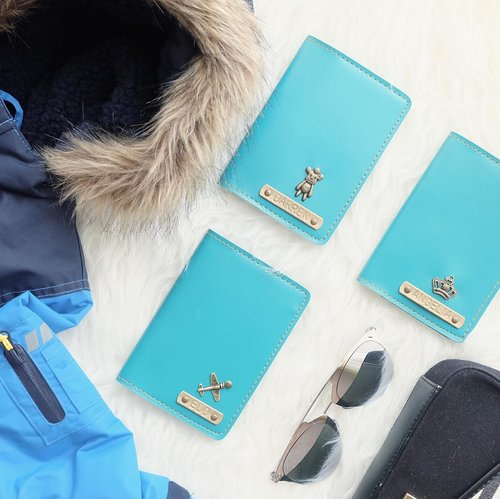 Ready for our long haul flight SIN - FRA - JFK ❄️☃️🎄 Our passport cases from @choeystore_passport . . . #potd #lotd #flatlay #holiday #flatlays #flatlaystyle #clozetteid #holidaymood #seasongreetings