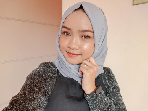 """<div class=""""photoCaption"""">Happy Sunday 💖 happy pake  <a class=""""pink-url"""" target=""""_blank"""" href=""""http://m.clozette.co.id/search/query?term=highlighter&siteseach=Submit"""">#highlighter</a> baru dari @luxcrime_id shade Stardust  <a class=""""pink-url"""" target=""""_blank"""" href=""""http://m.clozette.co.id/search/query?term=clozetteid&siteseach=Submit"""">#clozetteid</a></div>"""