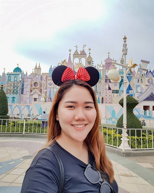 Remember, you're the one who can fill the world with sunshine ☀️ Selamat Pagi! 🙂.#dewitraveldiary #DewiYangInHKMacau #disneyland #discoverhongkong #hongkong #minniemouse #castle #clozetteid