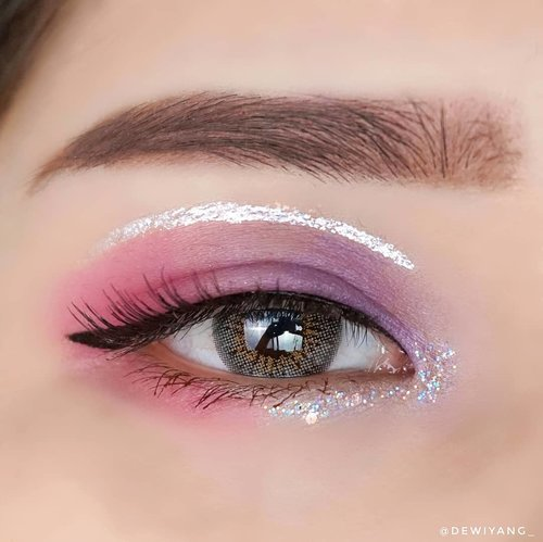 Blink blink 💜💖✨♡ EYEBROW ♡@murir.official hard formula style brow♡ EYESHADOW ♡@beautyglazed gorgeous me tray♡ GLITTER ♡@etudeofficial white tear liner for upper line@blackrouge_id pearlverly iglitter purple for lower line♡ EYELINER ♡@wardahbeauty eyexpert optimum black liner♡ MASCARA ♡@inga_official fiber tattoo mascara brown♡ LENS ♡@holicatid 3 tone funky cat