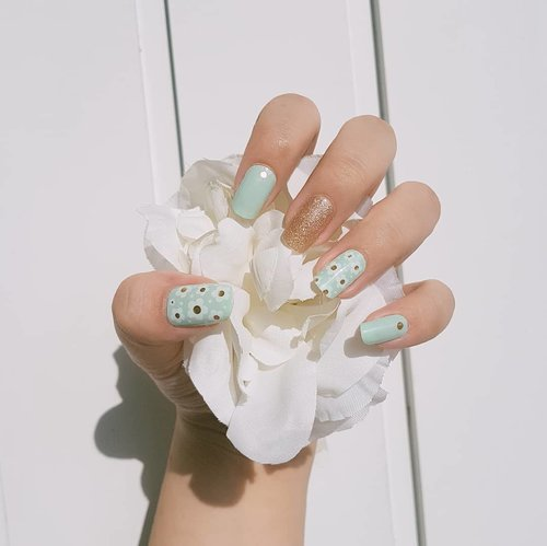 Little things that matter 🌼  Pakai A.Stop No.1 Sea and Breeze gel nail stickers aja udah gemesh begini 💙 No nail salon, no problem 😂  Where to buy: https://hicharis.net/dewiyang/1tjM  #charis #3act #astop #no1seaandbreeze #nail #gelnail #sticker #nails
