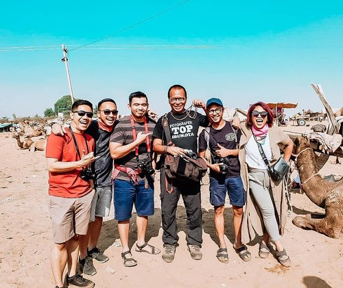 When you met famous photographer in Pushkar. Nice to met you Sir! . Program @arbainrambey produsernya siapa ya? . #pushkar #clozetteid #girlpower #womanpower #haluhaluapril #worldtravel #worldcitizen #traveler #travelblogger #travelspot #instagram #instagramable #lostinthecity #throwback #womantraveler #fashioncolours #fashionstyle #instafashion #instatravel #aroundtheworld #travelaroundtheworld #solotraveller #dsypath #dsywashere #autumninindia #indiandessert