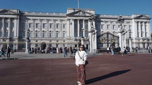 Prince Harry ...where are u? 😁😁😁 #whenuinlondon #traveller #worldtravel #tourist #london #uk #ukstreetwear #europe #girltraveller #clozetteid #streetfashion #palace #walk #walking #buckinghampalace