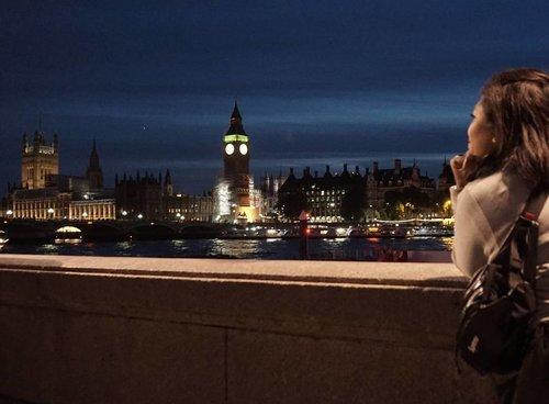 London at night #whenuinlondon #traveller #worldtravel #tourist #london #uk #ukstreetwear #europe #girltraveller #clozetteid #streetfashion #walk #walking #londoneye #londonbynight