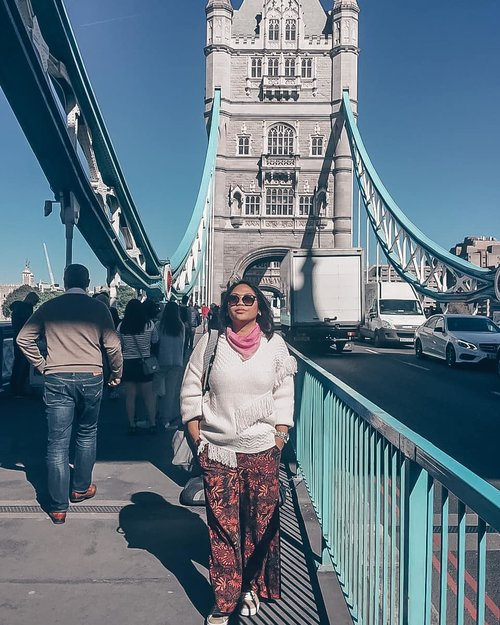 London,2017 . #throwback #london #clozetteid #girlpower #womanpower  #worldtravel #worldcitizen #traveler #travelblogger #travelspot #instagram #instagramable #lostinthecity #womantraveler #fashioncolours #fashionstyle #instafashion #instatravel #aroundtheworld #travelaroundtheworld #solotraveller #dsypath #dsywashere